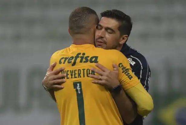 Palmeiras 0 x 2 River Plate: Abel Ferreira e Weverton se abraçam — Foto: Conmebol/Divulgação